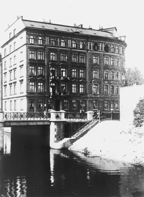 Sonninstraße, Blick über den Nordkanal, rechts die runde Häuserecke Spaldingstraße, ca. 1930.